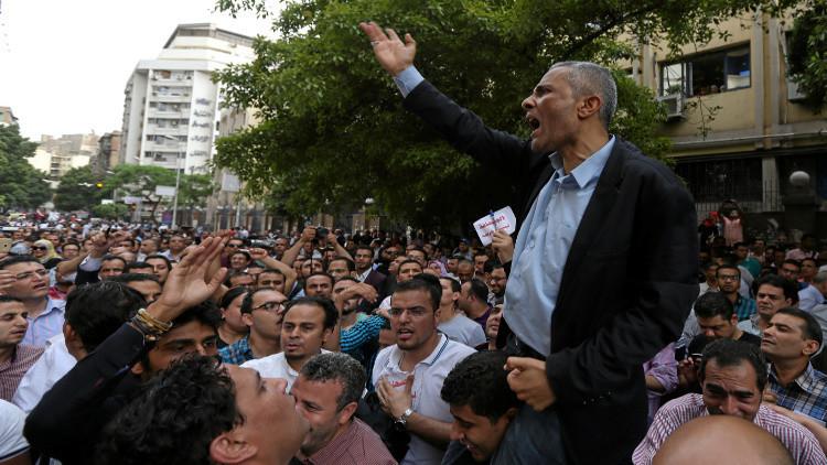 أزمة سجن نقيب الصحفيين المصريين.. بين الصدام مع الدولة ولعبة خلط الأوراق