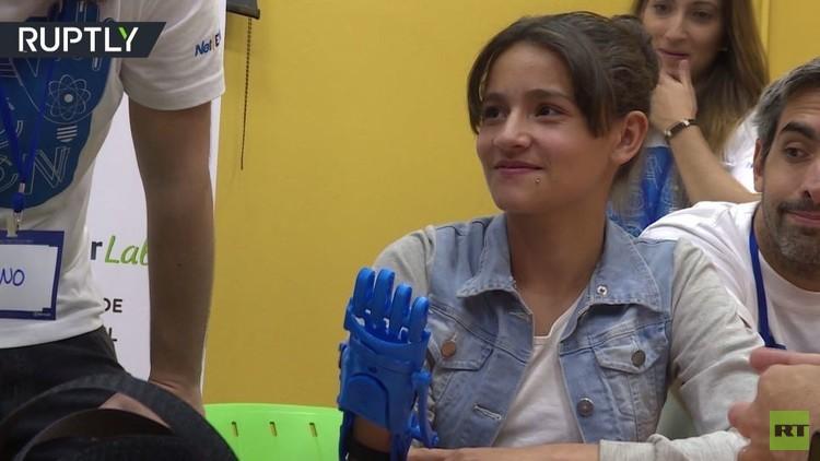 20 طفلا يحصلون على أيدي صناعية مجانا (فيديو)