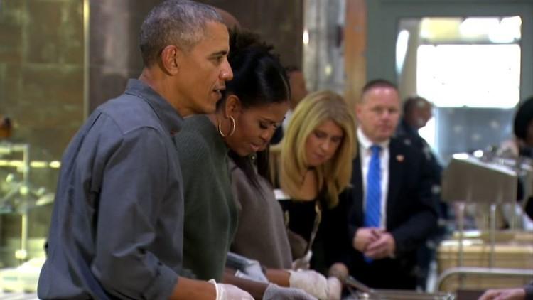 أوباما وزوجته يقدمان أطباقا في عيد الشكر