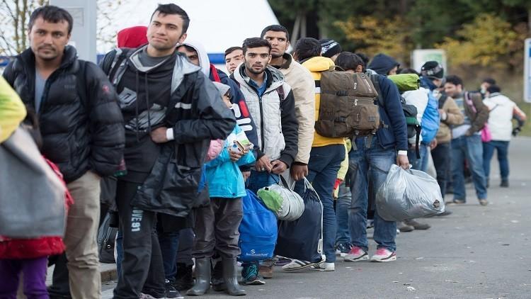 ميركل ترغب برحيل 100 ألف لاجئ عن بلادها