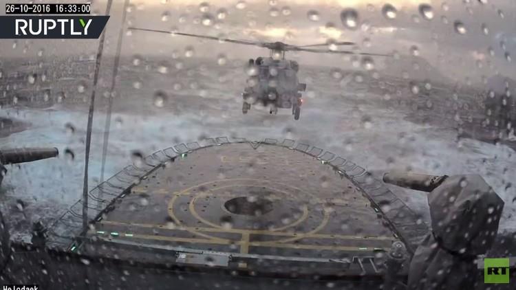 هبوط مروحية دنماركية على متن سفينة حربية في ظروف قاسية