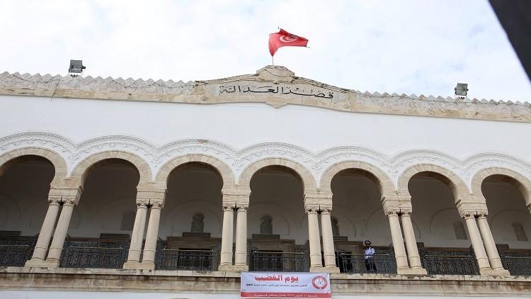 تونس تحضر طاولة واحدة لبارونات الفساد