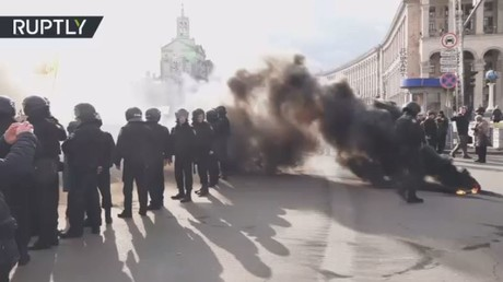 الشرطة الأوكرانية تفرق المتظاهرين في وسط كييف