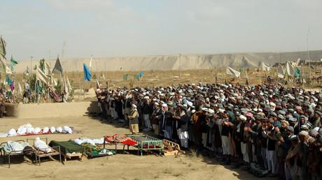صلاة على أرواح ضحايا غارات شنها الطيران الأمريكي في قندوز الأفغانية