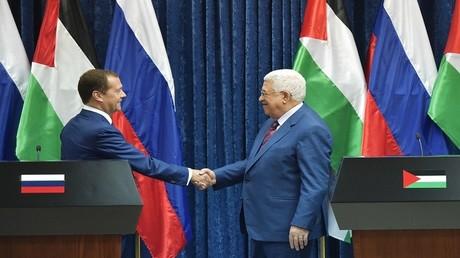 الرئيس الفلسطيني محمود عباس ورئيس الوزراء الروسي دميتري مدفيديف