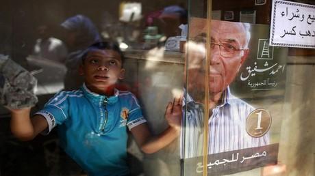 أرشيف - ملصق المرشح الرئاسي أحمد شفيق في القاهرة 13 يونيو 2012