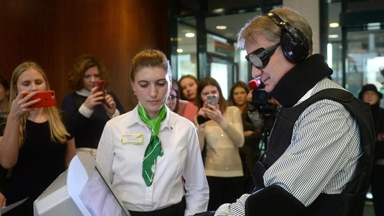 مدير أكبر بنك روسي يختبر قدرة مصرفه على خدمة المعاقين