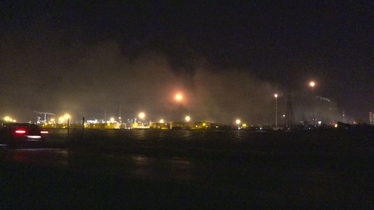 حريق يندلع في أحد أكبر المصافي الأوروبية (فيديو)