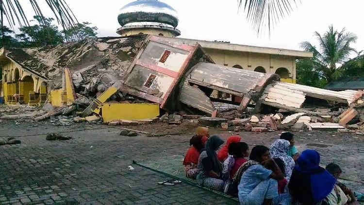 مصرع 97 شخصا جراء زلزال في إندونيسيا