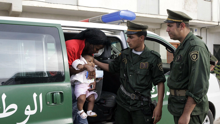الجزائر ترحل مئات المهاجرين الأفارقة إلى النيجر