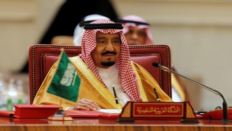 الملك سلمان يتسلم الرقم الأول من العملة الجديدة (صور)