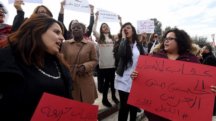 تونسيون يحتجونعلىحماية القانون للاغتصاب