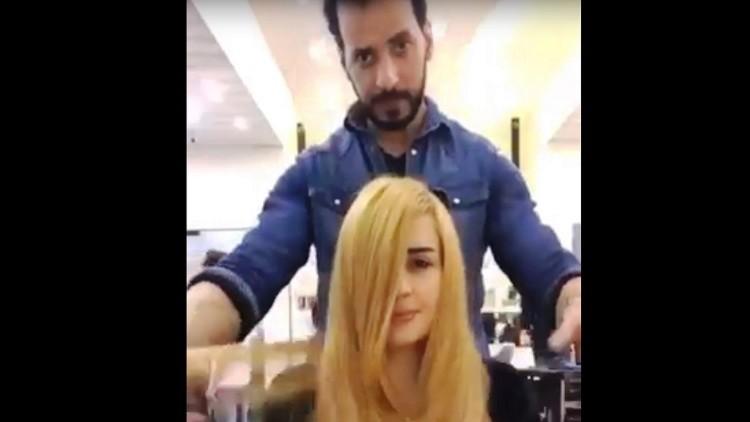 بالفيديو.. لن تصدقوا ماذا استخدم مصففٌ لصبغ شعر الفتاة