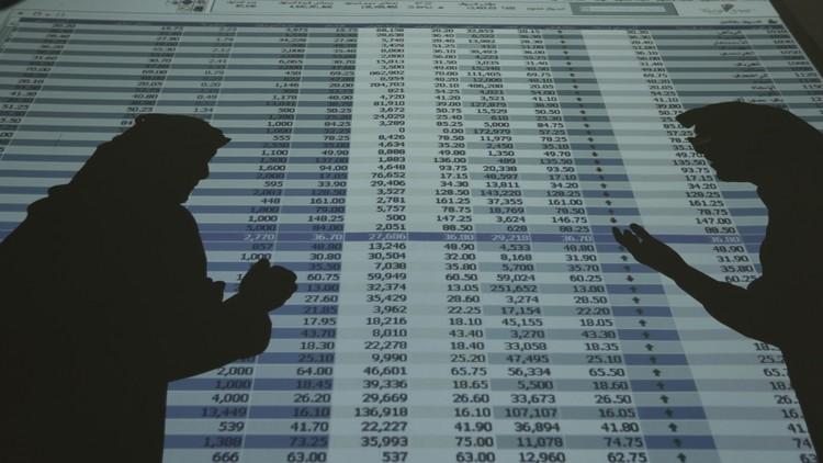 شاشة في إحدى البنوك في الرياض تظهر أسعار الأسهم (صورة أرشيفية)