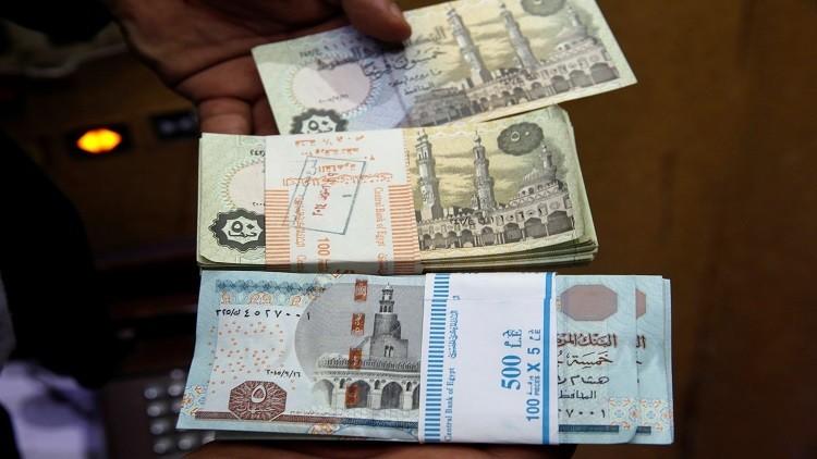 الدولار يقترب من عتبة الـ19 جنيها مصريا