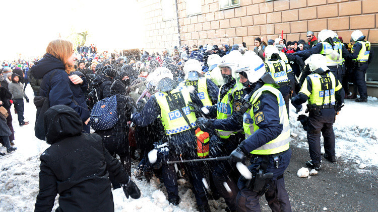 عراك عنيف بين طلاب مدرسة بالسويد