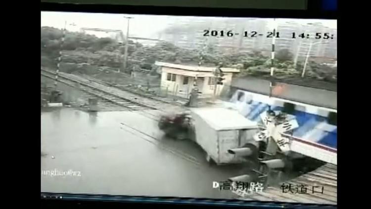 شاهد لحظة اصطدام قطار بسيارتين عند معبر للسكة الحديدية بالصين