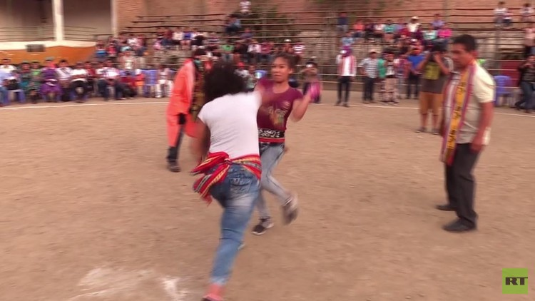 بيرويون يتعاركون أثناء مهرجان الميلاد التقليدي (فيديو)