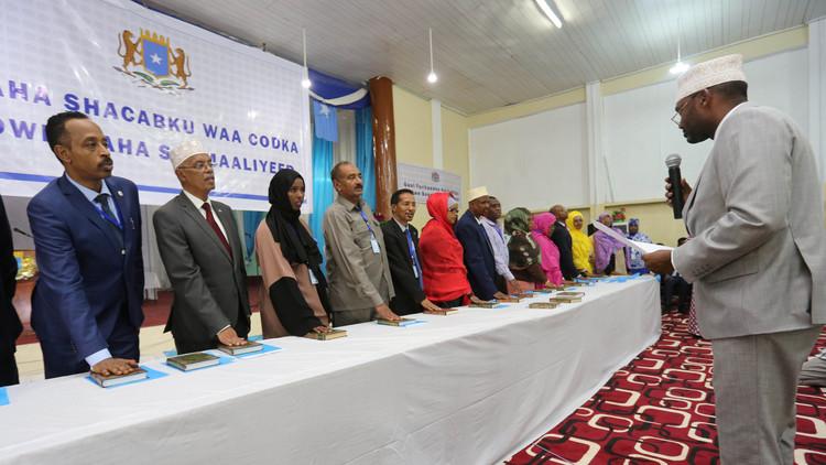 نواب البرلمان الصومالي يؤدون القسم القانوني