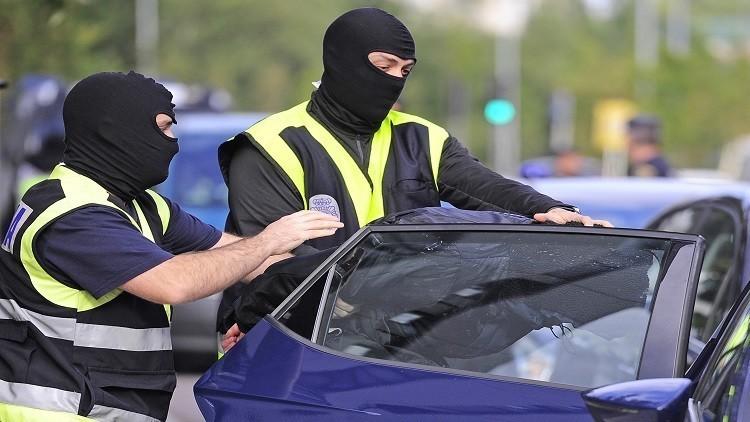إسبانيا.. مصادرة أسلحة وتوقيف شخصين بتهمة