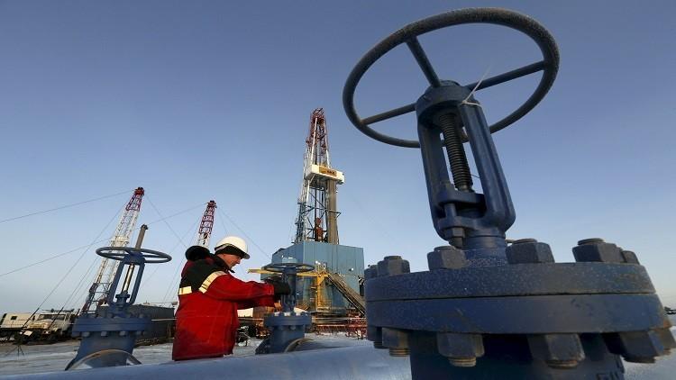 النفط يهبط متأثرا بارتفاع مخزونات الخام الأمريكية