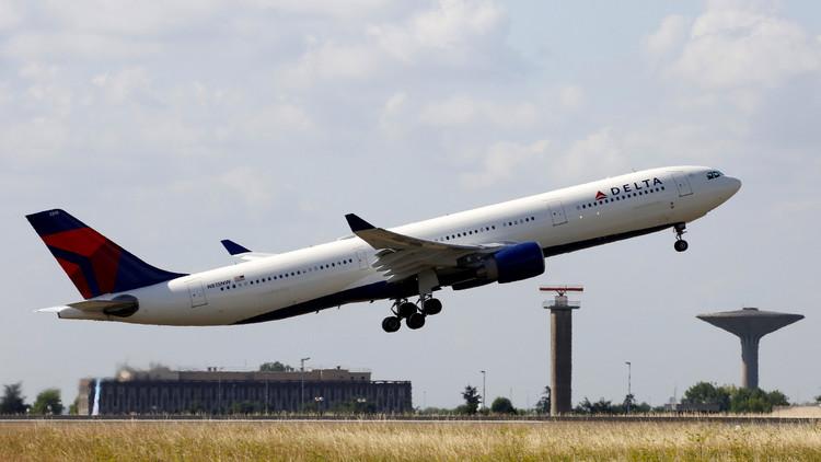 طائرة تضطر للعودة بعد اندلاع شجار بسبب الحمام