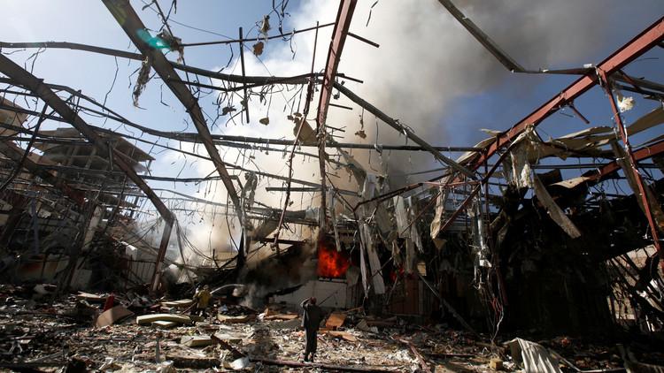 مشهد من آثار قصف مجلس عزاء بصنعاء من قبل التحالف العربي