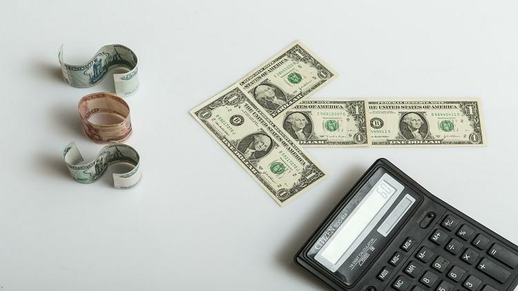 الروبل يعزز مواقعه في 2016 على حساب الدولار
