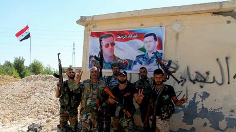عناصر من الجيش العربي السوري في منطقة الرامسة بحلب بعد تحريرها من قبضة المسلحين
