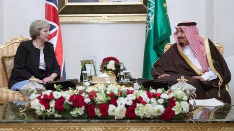 رئيسة وزراء بريطانيا تيريزا ماي تلتقي الملك سلمان بن عبدالعزيز آل سعود في المنامة