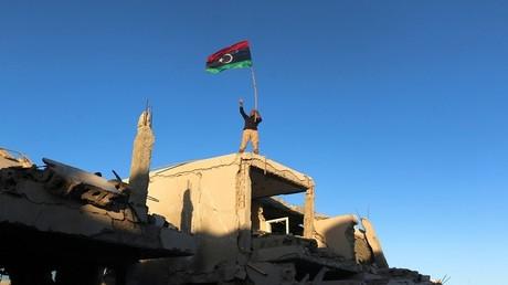 مقاتل من القوات الليبية المتحالفة مع الحكومة المدعومة من الأمم المتحدة سرت، ليبيا