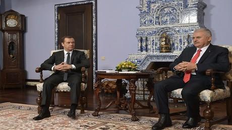 رئيس الوزراء الروسي دميتري مدفيديف ونظيره التركي بن علي يلدريم