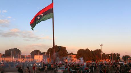 رفع علم ليبيا في آخر احياء مدينة سرت بعد تحريرها من داعش