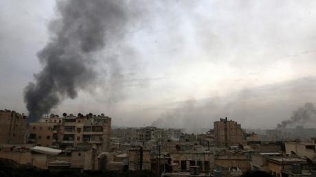 دخان يتصاعد من منطقة في شرق حلب خلال اشتباكات بين الجيش السوري والمسلحين