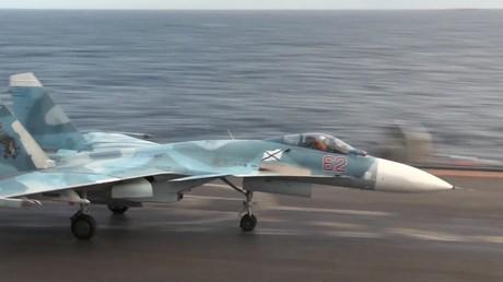 مقاتلة SU33 على ظهر حاملة الطائرات الأميرال كوزنتسوف بالقرب من الساحل السوري في البحر المتوسط