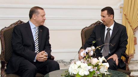 بشار الأسد ورجب طيب أردوغان خلال لقاء في حلب عام 2007