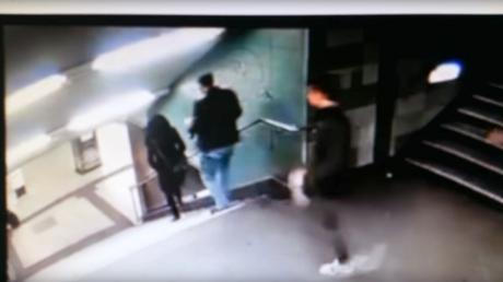 شاب يركل فتاة محجبة من أعلى الدرج في ألمانيا