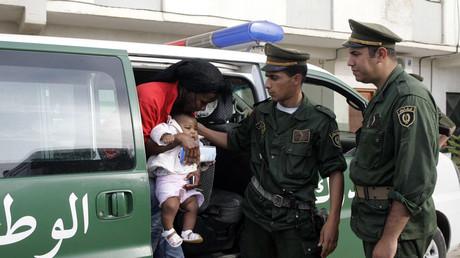 الأمن الجزائري يرحل مئات المهاجرين الأفارقة