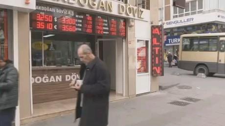 تراجع الليرة التركية أمام الدولار