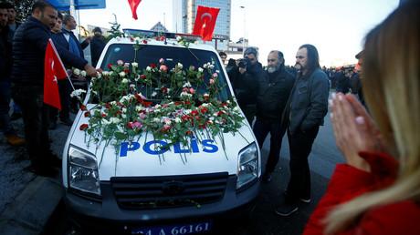 مواطنون يضعون الزهور على سيارة شرطة بعد استهدافهم بتفجير ارهابي في اسطنبول