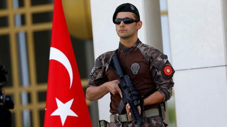 أحد عناصر قوات الأمن التركية