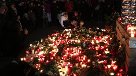 معزون يشعلون شموعا تكريما لضحايا الاعتداء بشاحنة في برلين