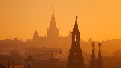 أحد أبراج الكرملين على خلفية جامعة موسكو الحكومية
