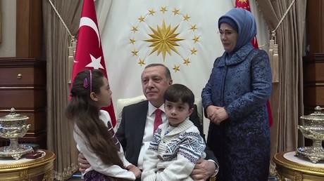 هكذا استقبل الرئيس التركي طفلة التغريدات عن حلب