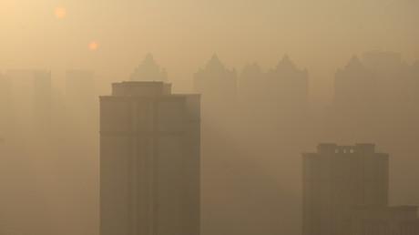 مدير مدرسة صيني يجبر الطلاب على الامتحان وسط الضباب الدخاني