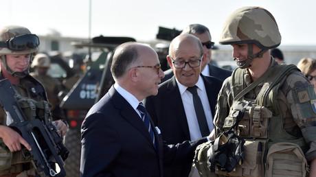 رئيس الوزراء الفرنسي برنار كازنوف يلتقي جنودا فرنسيين من قوة