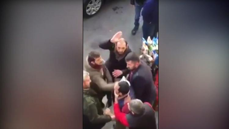 رجل يتعرض لهجوم عنيف من قبل حشد اعتبره منفذا لهجوم اسطنبول