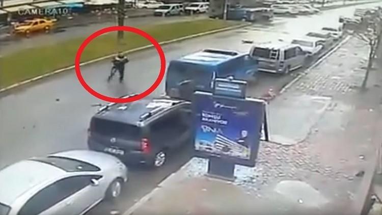 لحظة مقتل الشرطي التركي خلال تصديه لمسلحين في إزمير