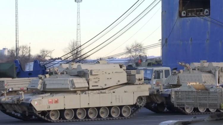 مئات الدبابات والعتاد العسكري الأمريكي في الطريق إلى الحدود الروسية