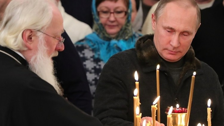 بوتين يصلي في الكنيسة بصحبة الصيادين